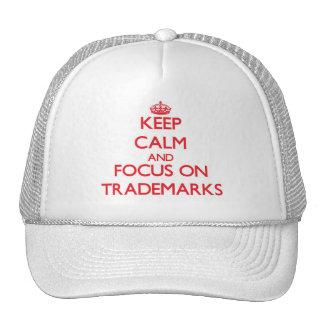 Guarde la calma y el foco en marcas registradas gorras de camionero