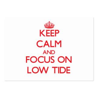 Guarde la calma y el foco en marea baja tarjetas de visita grandes