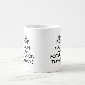 Guarde la calma y el foco en marimachos taza de café