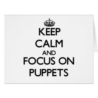 Guarde la calma y el foco en marionetas felicitacion