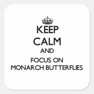 Guarde la calma y el foco en mariposas de monarca calcomania cuadradas personalizada