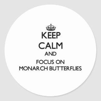Guarde la calma y el foco en mariposas de monarca etiquetas redondas