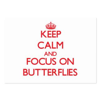 Guarde la calma y el foco en mariposas plantillas de tarjetas de visita