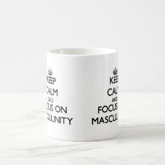 Guarde la calma y el foco en masculinidad tazas