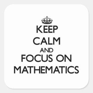 Guarde la calma y el foco en matemáticas pegatina cuadrada