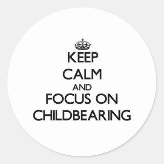 Guarde la calma y el foco en maternidad pegatina redonda