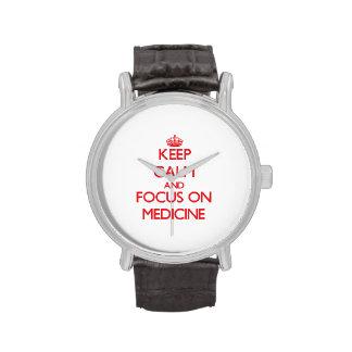 Guarde la calma y el foco en medicina reloj de mano