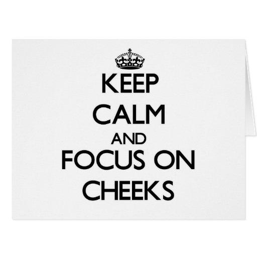 Guarde la calma y el foco en mejillas tarjeta de felicitación grande