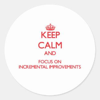 Guarde la calma y el foco en mejoras ampliadas pegatina redonda