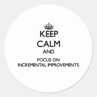 Guarde la calma y el foco en mejoras ampliadas etiqueta redonda