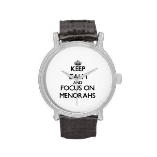 Guarde la calma y el foco en Menorahs Relojes