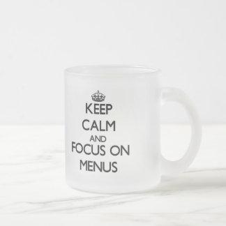 Guarde la calma y el foco en menús taza de café