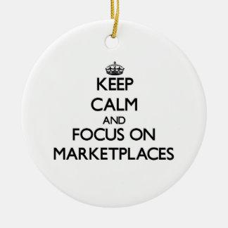 Guarde la calma y el foco en mercados ornamento para arbol de navidad