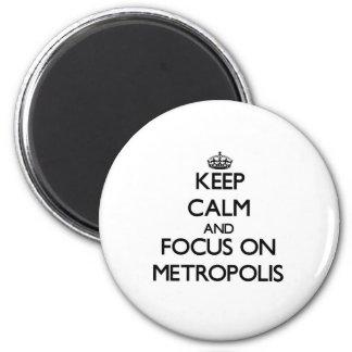 Guarde la calma y el foco en metrópoli imán redondo 5 cm