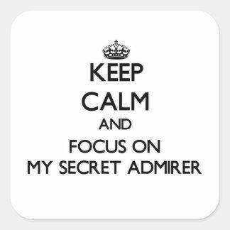 Guarde la calma y el foco en mi admirador secreto calcomanía cuadradas personalizada