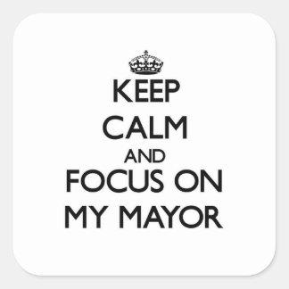 Guarde la calma y el foco en mi alcalde calcomanías cuadradases