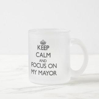 Guarde la calma y el foco en mi alcalde taza cristal mate