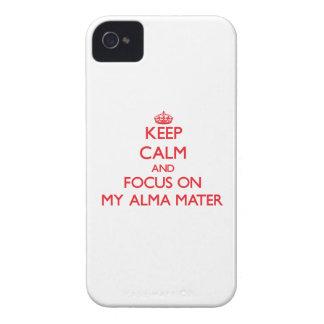 Guarde la calma y el foco en mi Alma Mater iPhone 4 Case-Mate Cárcasas