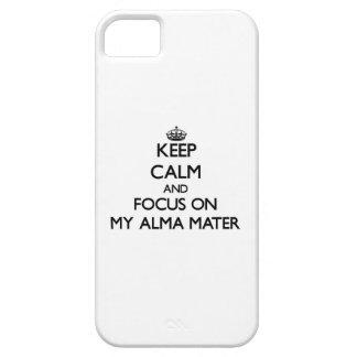 Guarde la calma y el foco en mi Alma Mater iPhone 5 Protectores