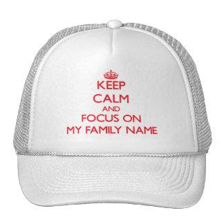 Guarde la calma y el foco en mi apellido gorra