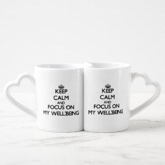 Guarde la calma y el foco en mi bienestar tazas para parejas