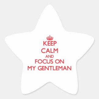 Guarde la calma y el foco en mi caballero pegatina en forma de estrella