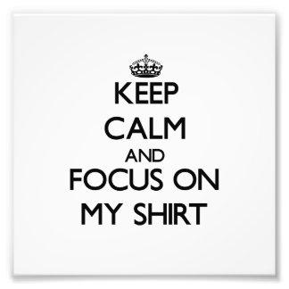 Guarde la calma y el foco en mi camisa arte fotográfico