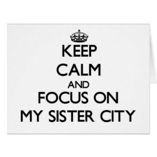 Guarde la calma y el foco en mi ciudad hermana tarjeta de felicitación grande