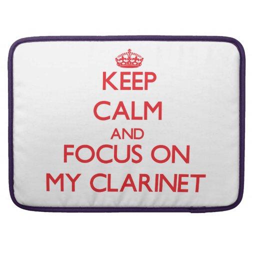 Guarde la calma y el foco en mi Clarinet Fundas Para Macbooks
