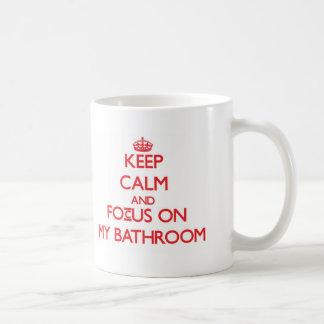 Guarde la calma y el foco en mi cuarto de baño taza básica blanca