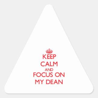 Guarde la calma y el foco en mi decano pegatina triangular