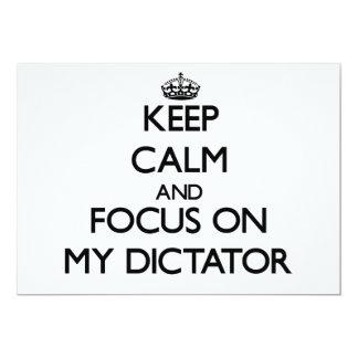 Guarde la calma y el foco en mi dictador invitación 12,7 x 17,8 cm