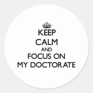Guarde la calma y el foco en mi doctorado etiqueta redonda
