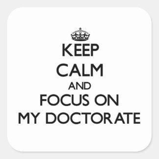 Guarde la calma y el foco en mi doctorado calcomanía cuadrada personalizada