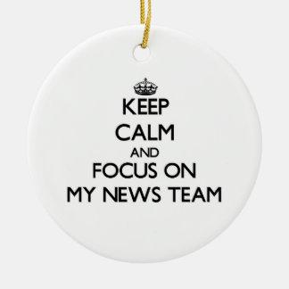 Guarde la calma y el foco en mi equipo de noticias ornamento para reyes magos