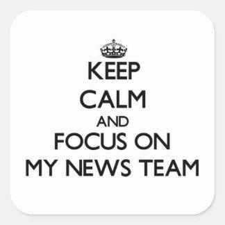 Guarde la calma y el foco en mi equipo de noticias pegatina cuadrada