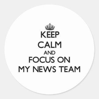 Guarde la calma y el foco en mi equipo de noticias pegatina redonda