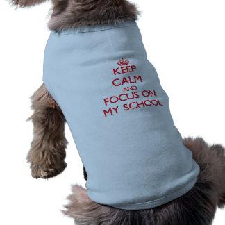 Guarde la calma y el foco en mi escuela camisetas de perro