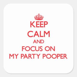 Guarde la calma y el foco en mi fiesta Pooper Calcomanías Cuadradas Personalizadas