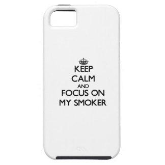 Guarde la calma y el foco en mi fumador iPhone 5 protectores