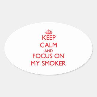 Guarde la calma y el foco en mi fumador calcomanía óval