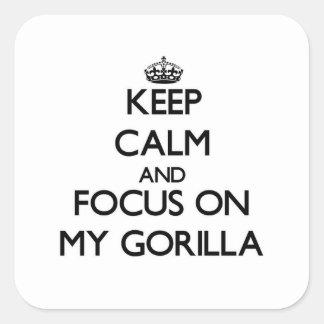 Guarde la calma y el foco en mi gorila pegatinas cuadradases