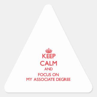Guarde la calma y el foco en mi grado de socio pegatina triangular