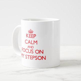 Guarde la calma y el foco en mi hijastro taza de café grande