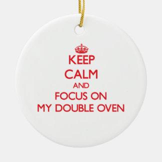 Guarde la calma y el foco en mi horno doble adorno navideño redondo de cerámica