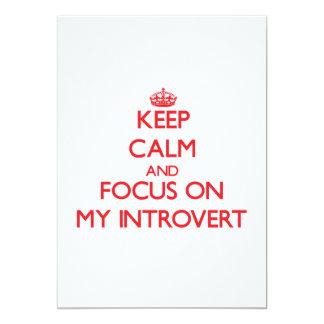 Guarde la calma y el foco en mi introvertido invitación 12,7 x 17,8 cm