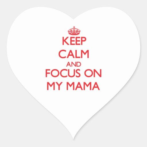 Guarde la calma y el foco en mi mamá calcomanías de corazones