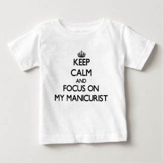 Guarde la calma y el foco en mi manicuro tshirts
