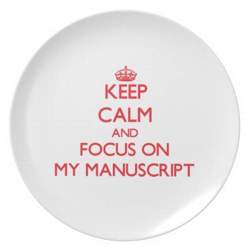 Guarde la calma y el foco en mi manuscrito plato para fiesta
