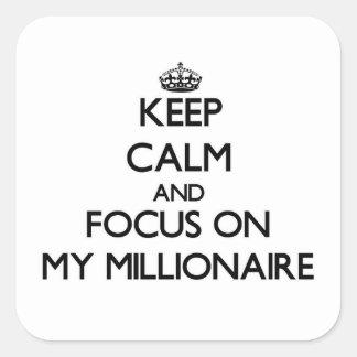 Guarde la calma y el foco en mi millonario pegatina cuadrada